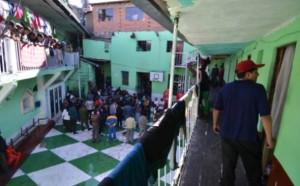 SAN PEDRO. Privados de libertad caminan por una sección de la cárcel de varones en La Paz. - Archivo La Prensa
