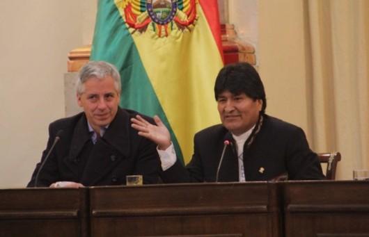 El presidente Evo Morales (d) junto al vicepresidente Álvaro García Linera, hoy, en La Paz. FOTO: ABI