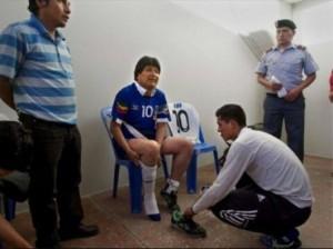 Una nueva imagen en el que el Presidente recibe apoyo para ponerse los calzados. FOTO: Internet